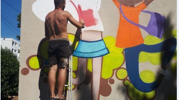Dans une maternelle des quartiers nord de Marseille, les parents d'élèves prennent les pinceaux pour rénover eux-même les locaux...contre l'avis de la mairie
