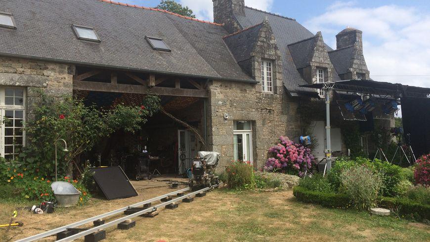 Les caméras tournent dans une ferme à l'abbaye de Coat-Mallouen (22)