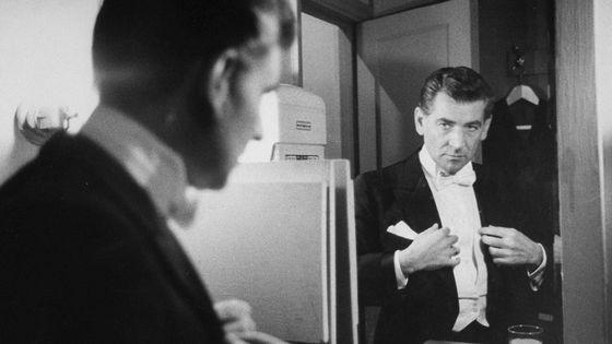 Leonard Bernstein dans sa loge du Carnegie Hall, à New York (Etats-Unis).
