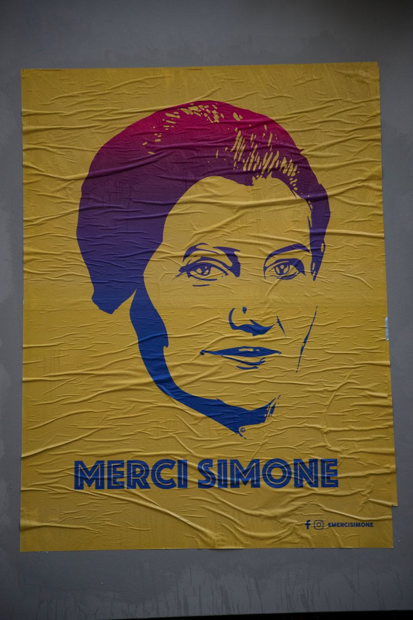 """Poster d'un portrait de Simone Veil installé par les street artists Eleanor and Juliette du  collectif """"Merci Simone"""", à Paris."""