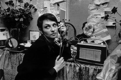 Barbara dans sa loge décorée de fleurs et des télégrammes épinglés au mur le 17 septembre 1965