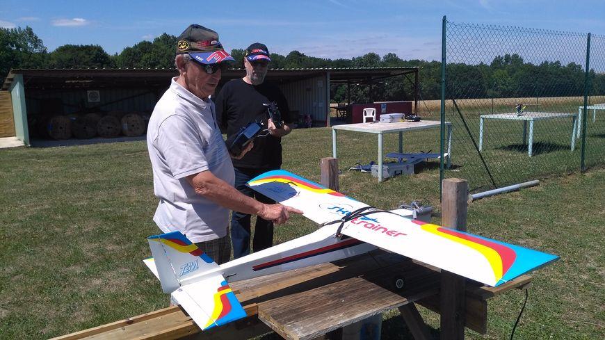 Jean et Laurent de l'association Air Fleury Club s'apprêtent à faire décoller un avion