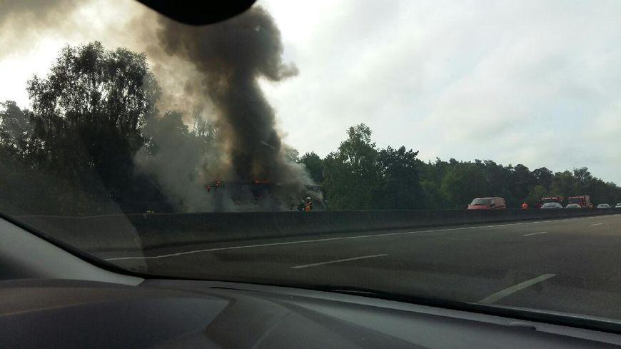 Un car transportant 42 personnes a entièrement brûlé sur l'A13 à Pont-de-l'Arche (photo transmise par Henri Wattiez)
