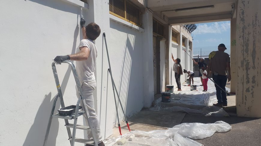Des parents d'élèves ont suivi l'appel lancé par des militants de La France Insoumise, et se sont lancé, malgré l'interdiction de la mairie, dans la réfection des façades de l'école maternelle du Bousquet dans le quartier de la Viste à Marseille