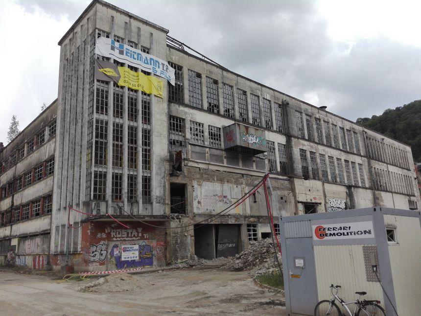 La partie gauche sera la seule à être conservée sur le bâtiment central de la Rhodiaceta à Besançon