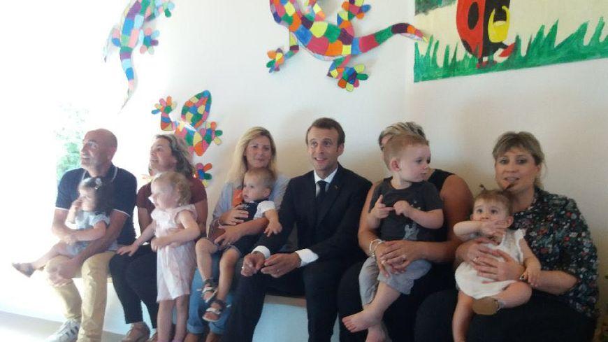 Emmanuel Macron entouré par les mamans de la garderie de la nouvelle maison de services publics de Saliac.