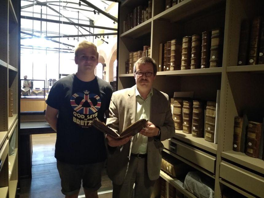 Laurent Naas se charge des collections : il s'occupe de la conservation des livres !