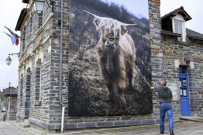Installation d'une oeuvre du photographe Phil Moore pour l'édition 2018