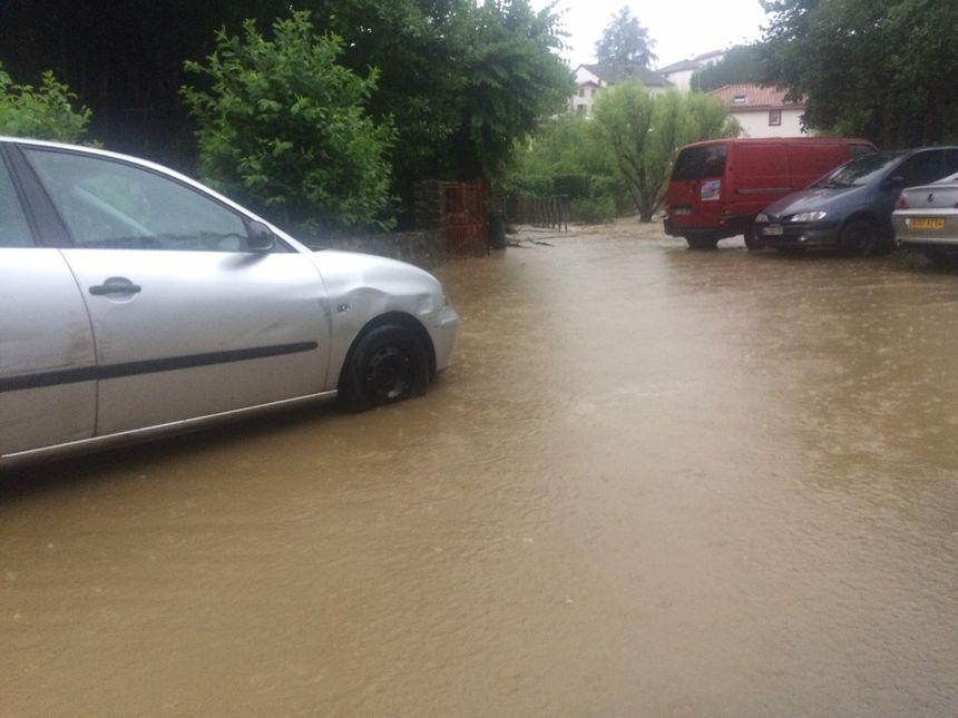 Les rues envahies par les eaux à Espelette