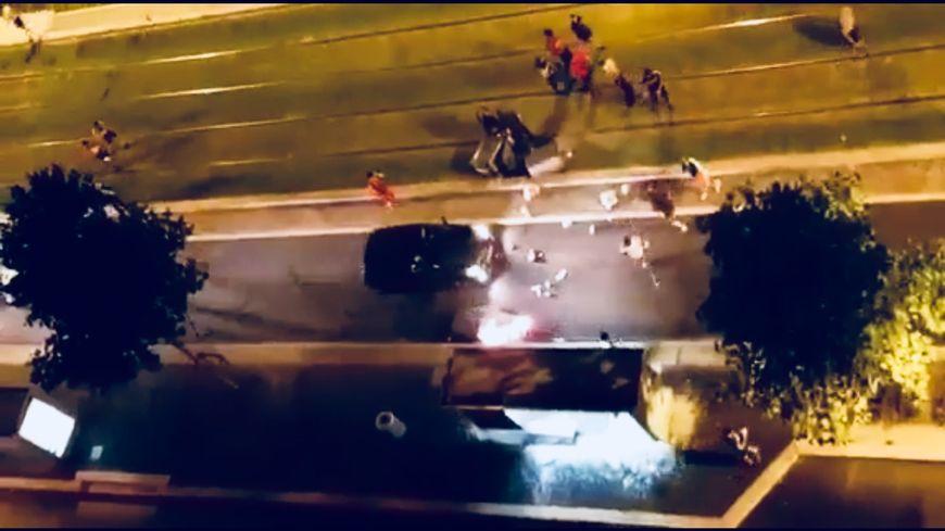 Des poubelles incendiées, des voitures retournées, et des vitres d'abri-bus brisées à Grenoble le soir de la finale du mondial de football