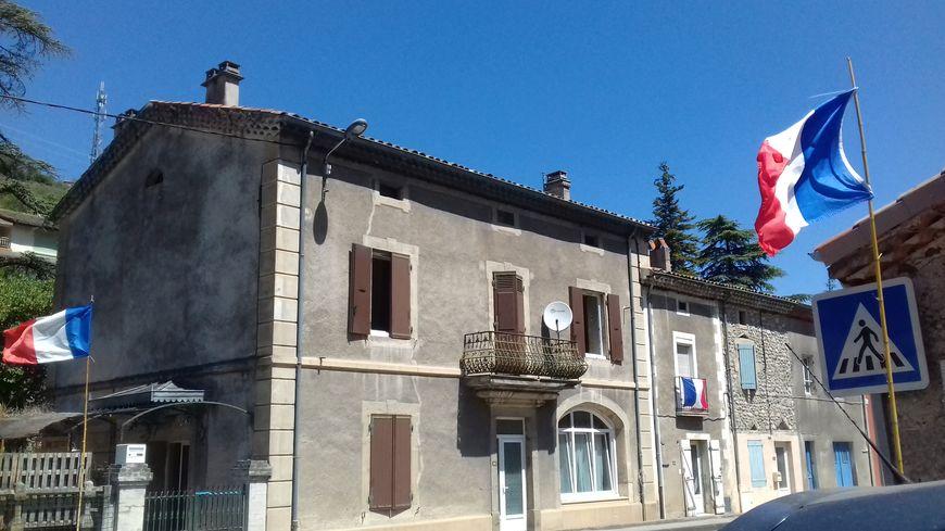Des drapeaux chez des habitants de Flaviac (Ardèche)