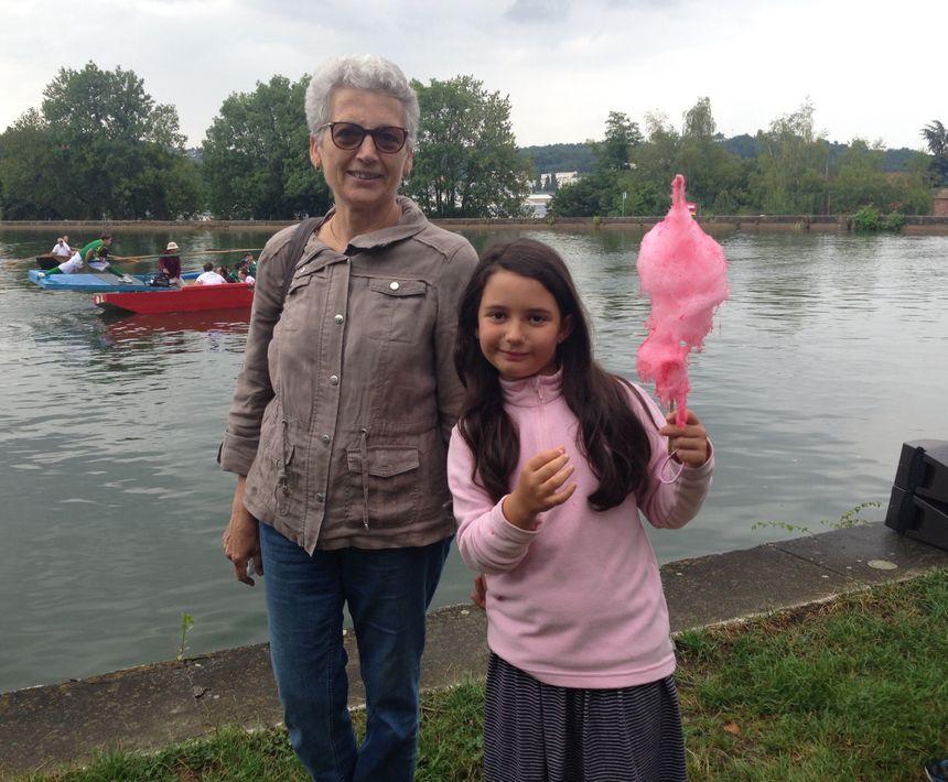 Michèle et sa petite-fille, Jade, à la fête de quartier de Terrenoire à Saint-Étienne