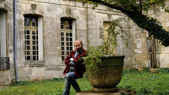 Le claveciniste américain Scott Ross dans le jardin du château d'Assas situé en périphérie de Montpellier