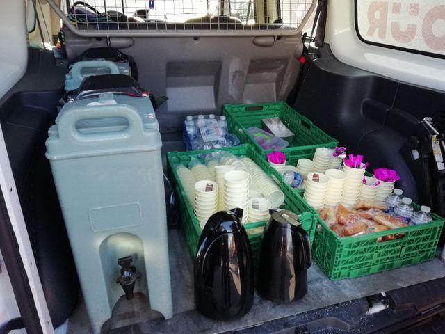 A 6h du matin, devant la gare de l'Est, l'Armée du Salut a distribué des pains au chocolat, du café, de la soupe et surtout des bouteilles d'eau.