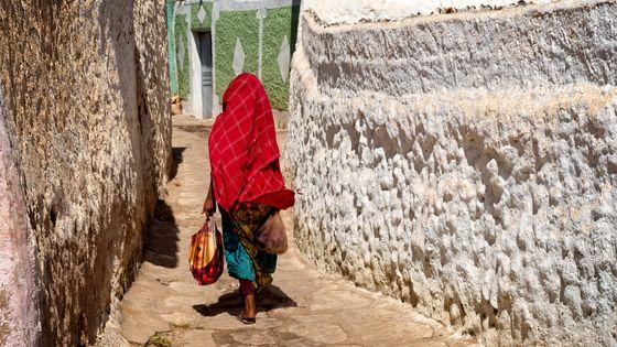 Femme de dos dans la ville d'Harar en Ethiopie