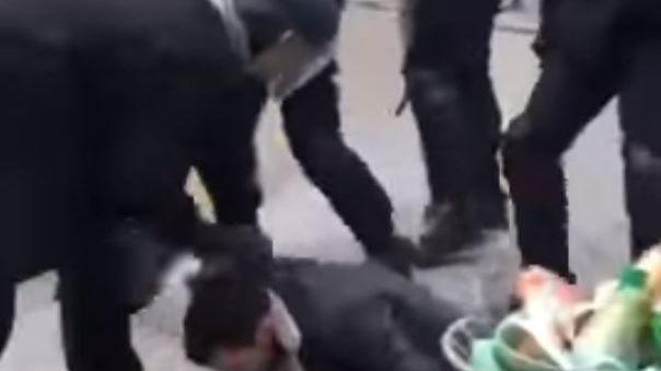 Alexandre Benalla, un proche conseiller d' Emmanuel Macron, filmé en train de frapper un manifestant.