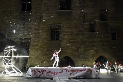 """Thomas Jolly dans le rôle d'Atrée (à droite) et Damien Avice / Thyeste (à gauche), dans la pièce """"Thyeste"""" de Sénèque au festival d'Avignon"""