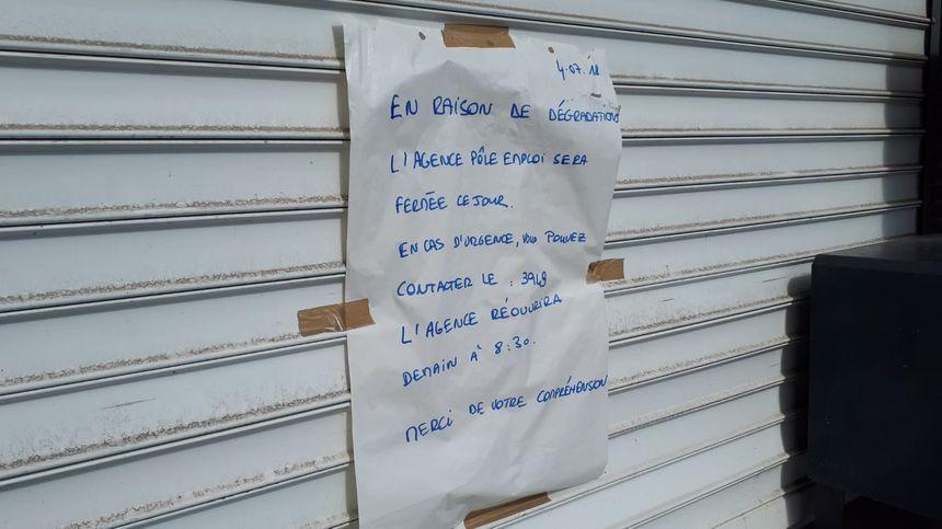 Affiche devant l'agence Pole emploi de Nantes