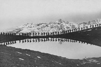Pendant la Première Guerre mondiale. Des soldats de ce qui deviendra la Yougoslavie défilent devant un lac de montagne dans la future Yougoslavie.