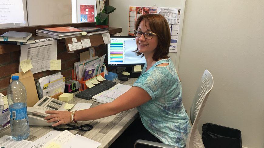 Vanessa Poizot, secrétaire de la maison médicale de Hermies, devant ses post-it avec dessus, le nom des généralistes de la région de Bapaume pour réorienter les patients trop nombreux