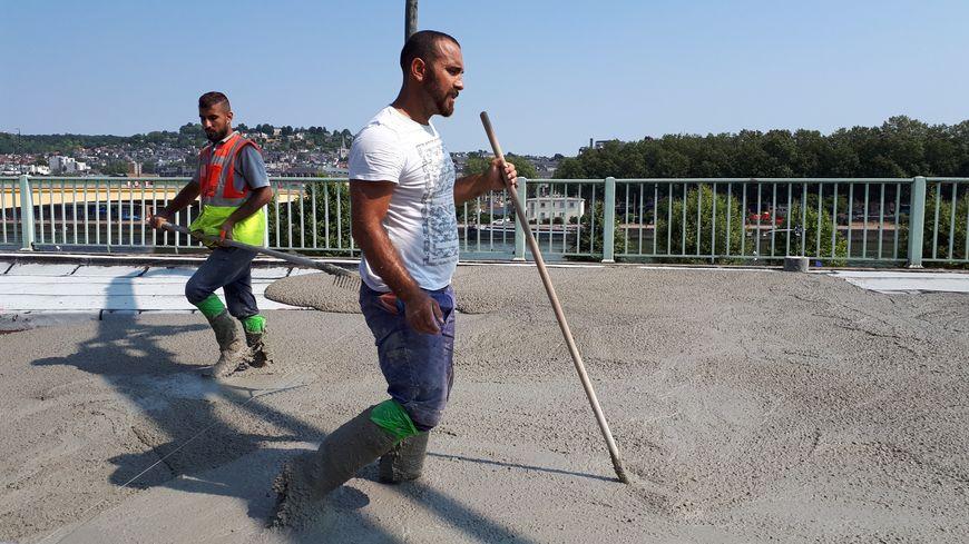 Ces ouvriers du BTP son payés à la tâche. Malgré la chaleur, ils ne font pas de pause et ne se protège pas du soleil.