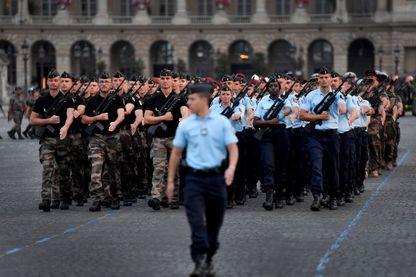 La gendarmerie française descend la place de la Concorde, à Paris, lors d'une répétition du défilé militaire du 14 juillet 2018.
