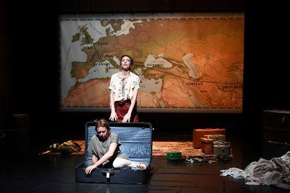 """Emilie Caen et Anne-Elodie Sorlin dans la pièce """"Au-delà de la forêt, le monde"""", actuellement jouée à Avignon"""