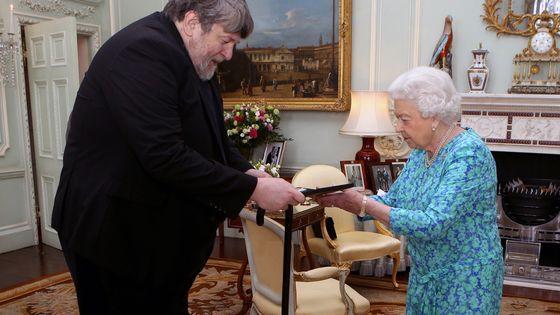Le compositeur britannique Oliver Knussen (1952 - 2018) reçoit la Queen's Medal for Music des mains de la reine Elisabeth II en 2016