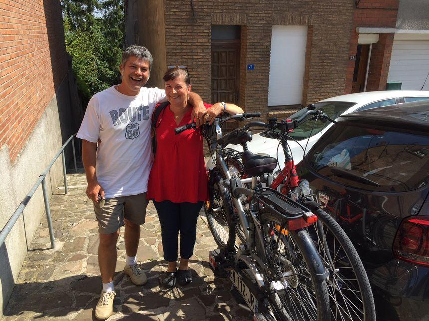 Fabien et Sophie prêts à enfourcher les vélos pour découvrir Cassel