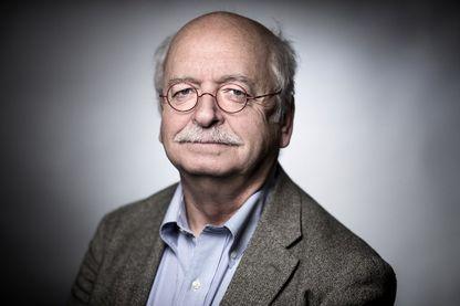 Écrivain français et membre de l'Académie française, Erik Orsenna pose lors d'une séance photo à Paris le 2 février 2018.