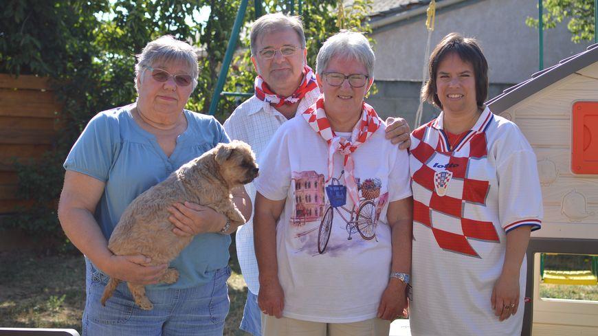 La famille Baricevic, dans son jardin à Valence, prête pour le match de dimanche.