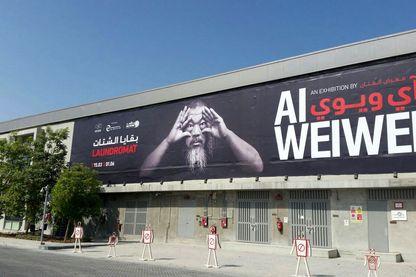 La galerie d'exposition de la Fire Station à Doha. Un portrait géant du photographe chinois Aï Weiwei placardé sur le fronton du bâtiment accueille les visiteurs.