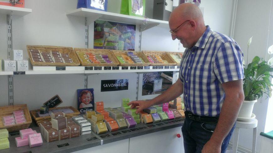 Alain Dougnac dans sa boutique de savons à Limoges