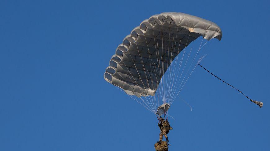 Six parachutes comme celui-ci vont être déployés place des Quinconces ce samedi.