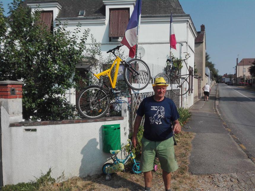 Bernard a emprunté une vingtaine de vélos dans les déchetteries voisines pour décorer sa maison, dans la grande rue