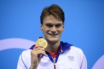Yannick Agnel, pose avec sa médaille d'or sur le podium du 200 m nage libre masculin aux Jeux Olympiques de Londres, le 30 juillet 2012