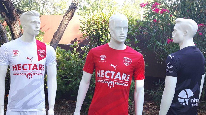 Rouge à domicile, noir à l'extérieur et 3e maillot blanc