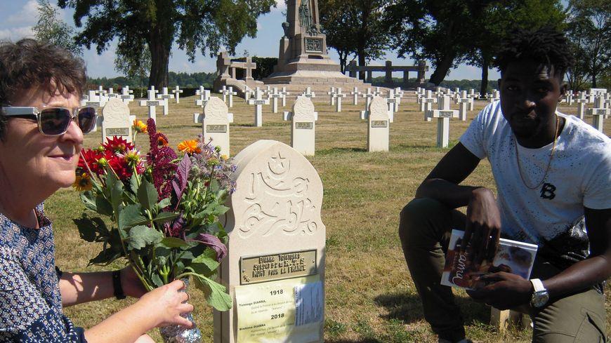 Le jeune homme s'est recueilli sur la tombe d'un soldat malien tombé pour la France il y a 100 ans, en 1918.