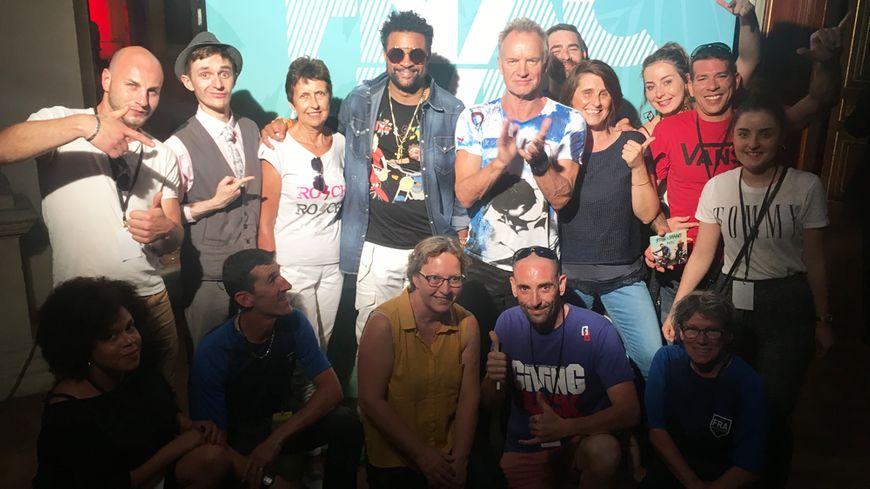 Sting et Shaggy et les auditeurs de France Bleu, quelques instants avant le concert