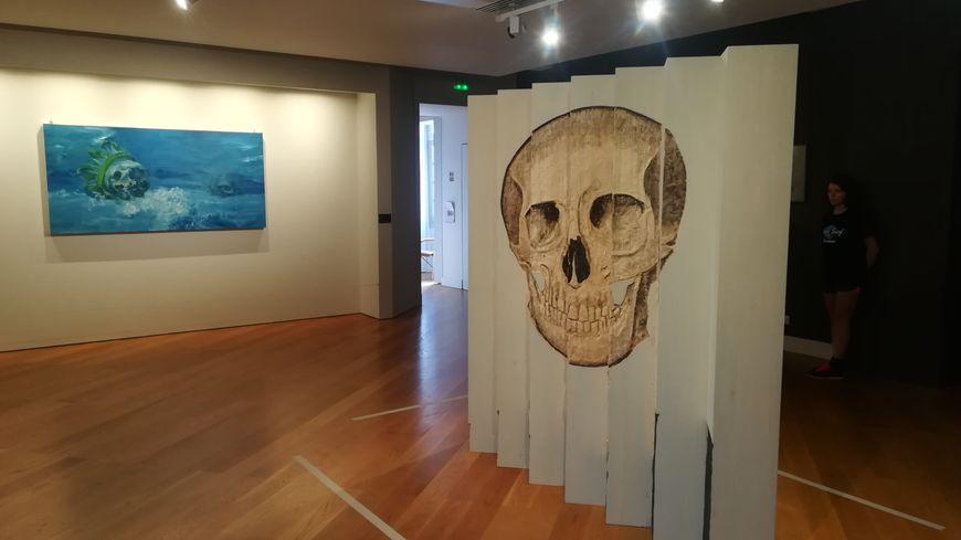 L'exposition compte plus de 200 œuvres, notamment composées de crânes.
