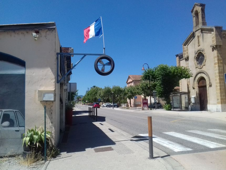 Un garagiste de Saint-Julien-en-Saint-Alban a agrémenté son enseigne