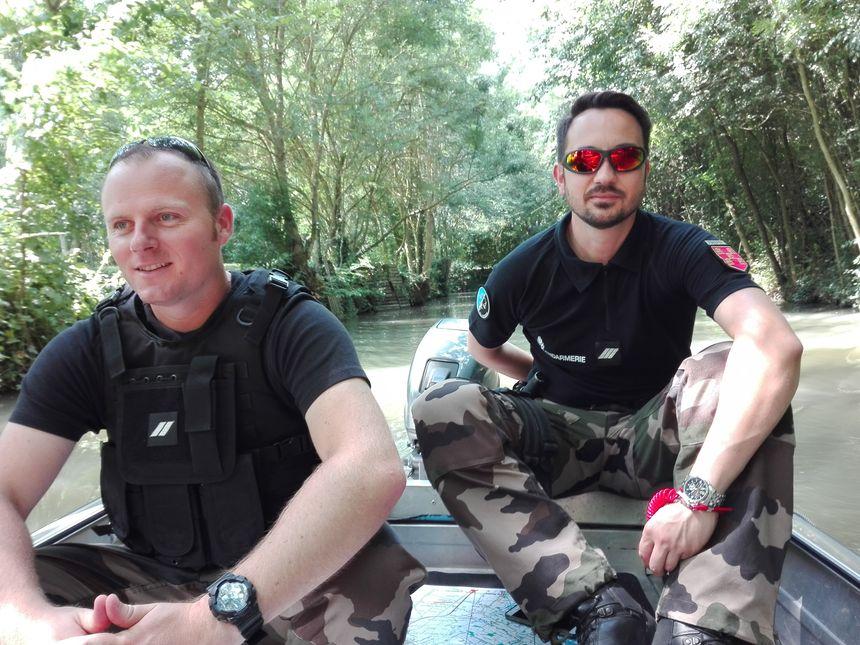 Les gendarmes ont leur propre bateau pour patrouiller dans le marais, pas besoin de ramer !