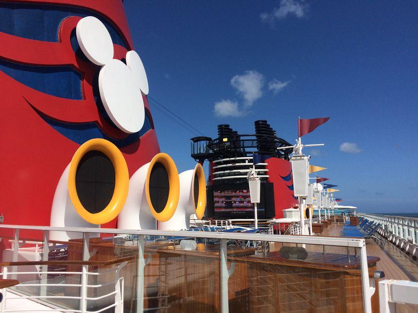 Sur le Disney Magic, les passagers peuvent regarder des dessins animés depuis la piscine.