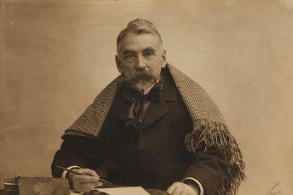 Stéphane Mallarmé en 1895, à sa table de travail, photographié par Nadar
