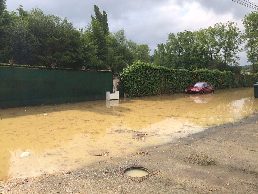 A Bassussary l'eau monte jusqu'au capot des voitures