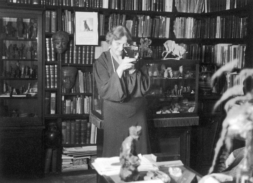 Marie Bonaparte filme dans le bureau de Freud