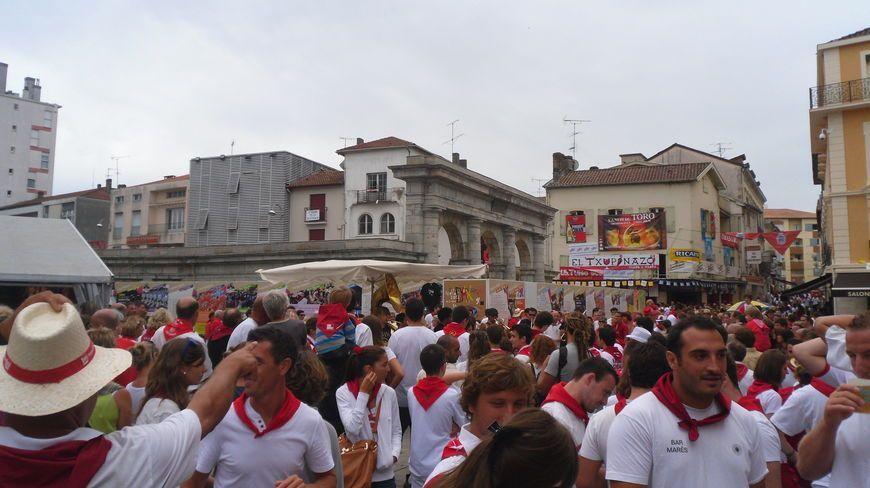 Place de la fontaine chaude à Dax pendant la Feria