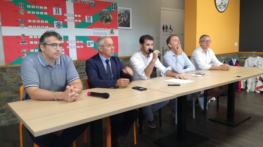 Xavier Daramy, micro à la main, entouré de son président Grégoire Delage (à droite) et du maire d'Anglet Claude Olive (à gauche), annonce qu'il raccroche les patins