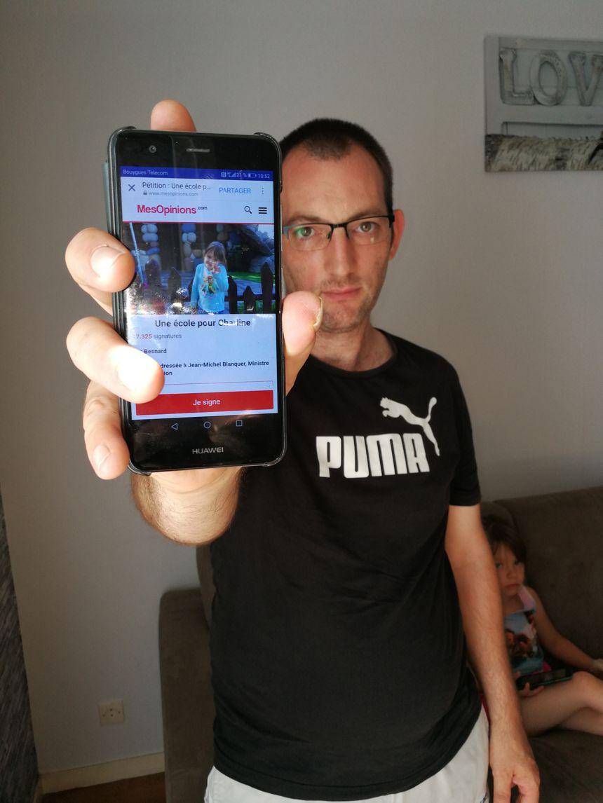 Le papa de Charline montre la pétition en ligne