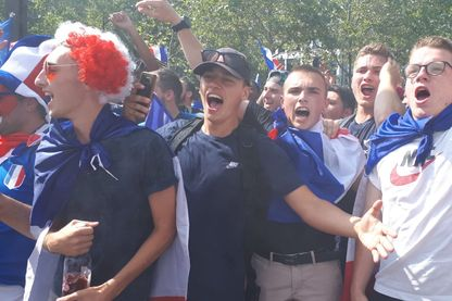 """À Paris, la fanzone du Champ de Mars, d'une capacité de 90 000 personnes, affichait """"complet"""" trois heures avant le coup d'envoi de la finale entre la France et la Croatie"""